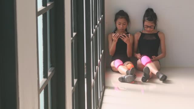 vídeos de stock, filmes e b-roll de irmão no ginásio da escola - dance studio