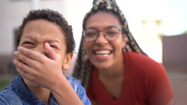 vídeos de stock, filmes e b-roll de irmão fazendo uma chamada de vídeo - ponto de vista da câmera - 20 24 anos