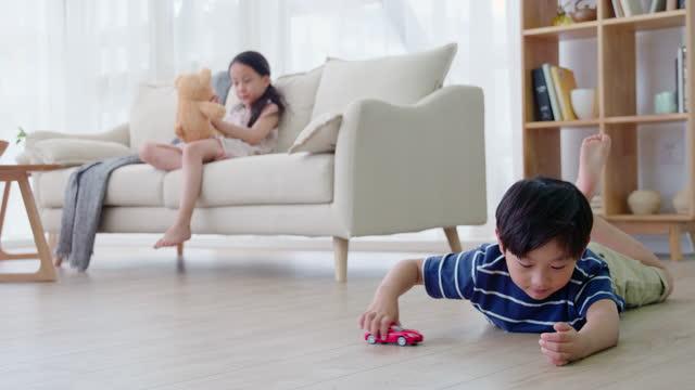 vídeos y material grabado en eventos de stock de sibling playing with toys in living room,4k - acostado boca abajo