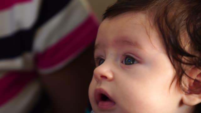 geschwister kümmert sich um neue baby zu hause - männliches baby stock-videos und b-roll-filmmaterial