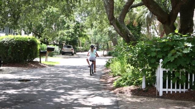 siblings biking together on rural  road - 12 13 år bildbanksvideor och videomaterial från bakom kulisserna