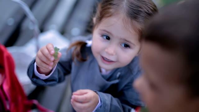 vidéos et rushes de frères et sœurs manger gummy bears - en cas