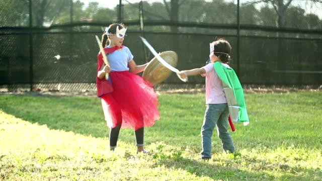geschwister in kostümen im kampf - familie mit zwei kindern stock-videos und b-roll-filmmaterial