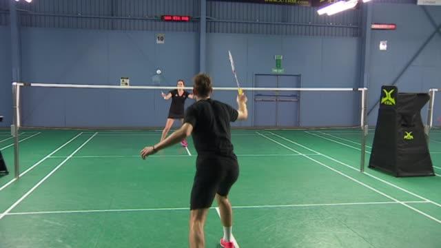 vídeos de stock, filmes e b-roll de siblings oliver and susannah leydondavis playing badminton during training session - badmínton esporte