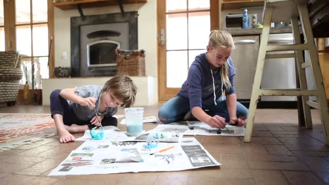 siblings painting pottery - geschwister stock-videos und b-roll-filmmaterial