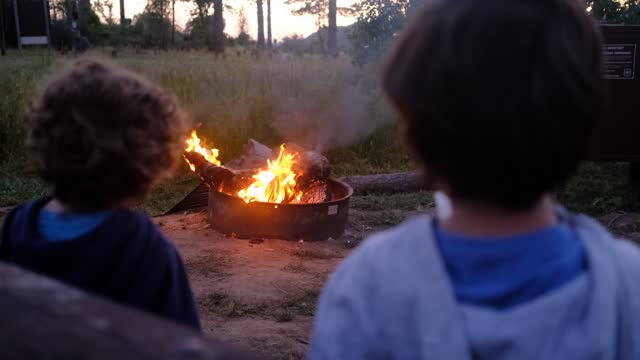 siblings play, cook, experiment, happy and have fun at a sunset in a camping during the holidays and weekend in yellowstone national park - nationell sevärdhet bildbanksvideor och videomaterial från bakom kulisserna