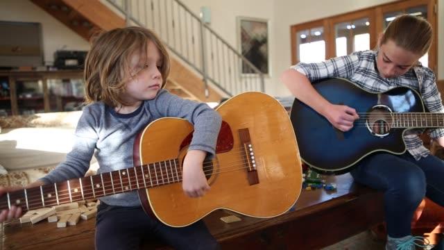 vidéos et rushes de siblings playing guitar - soeur