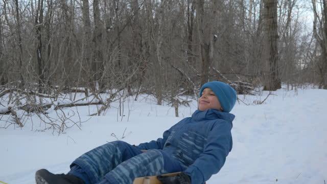 vidéos et rushes de frères et sœurs jouant dans la neige - manteau et blouson d'hiver