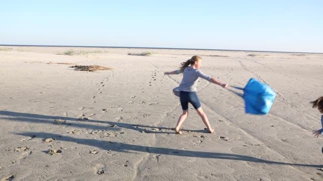 siblings playing on sandy beach - 4 5 år bildbanksvideor och videomaterial från bakom kulisserna