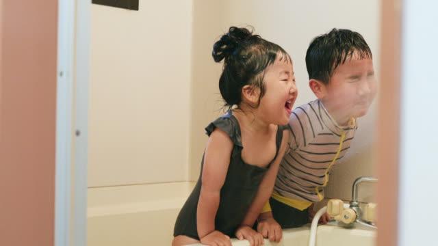 バスルームでプールをプレイする兄弟 - リアルライフ 点の映像素材/bロール