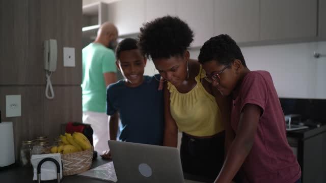 vidéos et rushes de frères et sœurs surfant sur le net à l'aide d'un ordinateur portable ensemble - surfer sur le net