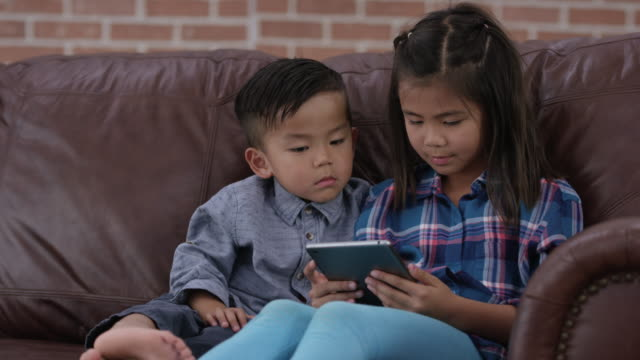 vídeos y material grabado en eventos de stock de hermanos usando la tableta - nativo digital