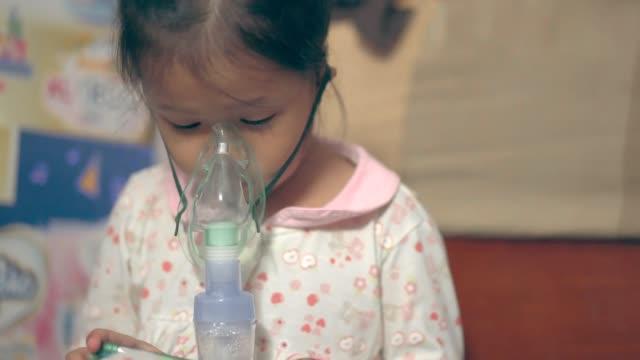 sjuk asiatisk tjej får nebulisator behandling - människohals bildbanksvideor och videomaterial från bakom kulisserna