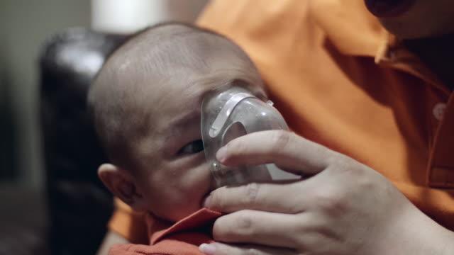 vídeos de stock, filmes e b-roll de cu: criança doente respira através de nebulização - bronquite