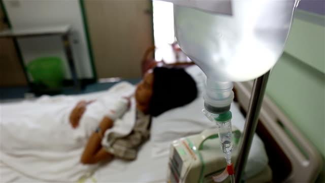 stockvideo's en b-roll-footage met ziek kind in het ziekenhuis. de scène instellen - griepvirus