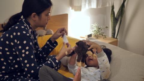 vídeos y material grabado en eventos de stock de niño enfermo, niño pequeño acostado en el sofá en la habitación de la cama con fiebre, - primeros auxilios