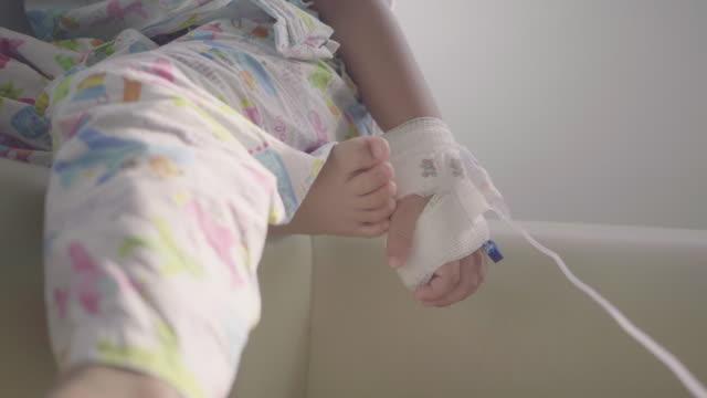 ベッドに座っている病気の子供。 - 小児科医点の映像素材/bロール