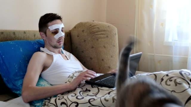 Enfermo en casa después de la cirugía en la nariz.