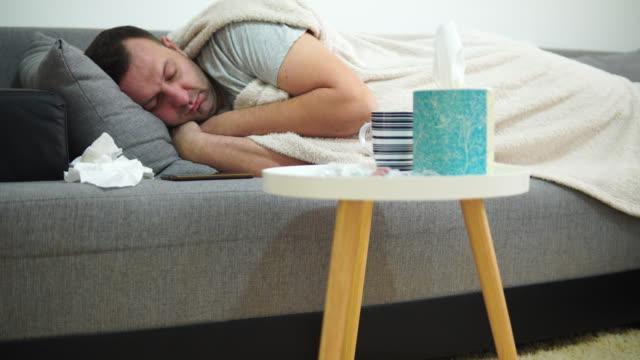 ベッドの病気の男、眠ろうとしている - 寝る前点の映像素材/bロール