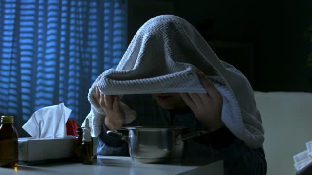 HD DOLLY: Kranken Mann Einatmen Dampfbad bei Nacht