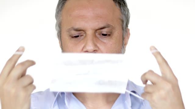 sjuk man som använder skyddsmask - kirurgmask bildbanksvideor och videomaterial från bakom kulisserna