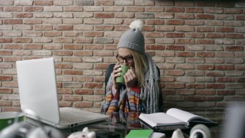 vidéos et rushes de femme malade au travail - glacé