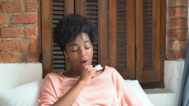 vídeos de stock, filmes e b-roll de mulher doente, tossindo na cama - tossindo