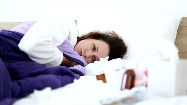 vídeos de stock, filmes e b-roll de mulher doente na cama - tossindo