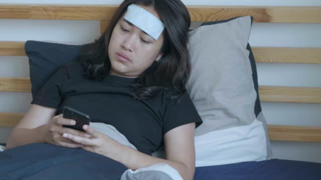 kranke frau im bett - schlafanzug stock-videos und b-roll-filmmaterial