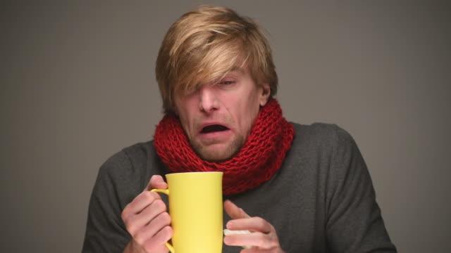 vídeos de stock, filmes e b-roll de doente jovem sneezes - frio