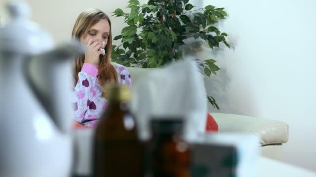 hd dolly: kranke junge frau, die ihre nase wirtschaftshilfe - fieber stock-videos und b-roll-filmmaterial