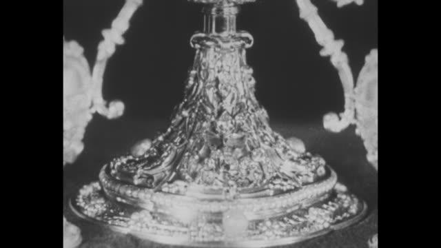 side angle ext st. peter's basilica, fountain in fgd in st. peter's square / two men open glass door to case holding monstrance valuable objects /... - skåp med glasdörrar bildbanksvideor och videomaterial från bakom kulisserna