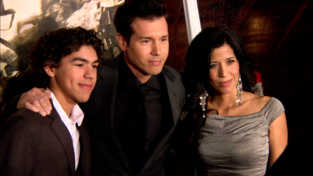 vidéos et rushes de side angle ms jon seda with his wife lisa and son jon jr posing for paparazzi on the red carpet at grauman's chinese theater - seda
