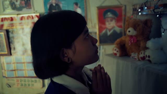 stockvideo's en b-roll-footage met m/s side, burmese teenage girl praying in her home - alleen één tienermeisje