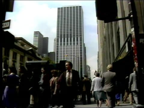 side car pov past stores banks pedestrians / pedestrians wait to cross street street vendors new york city street scenes on june 01 1982 in new york... - venditore ambulante video stock e b–roll