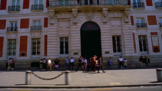 vídeos y material grabado en eventos de stock de side car point of view city buildings + streets with people walking on sidewalk / madrid, spain - plataforma en movimiento