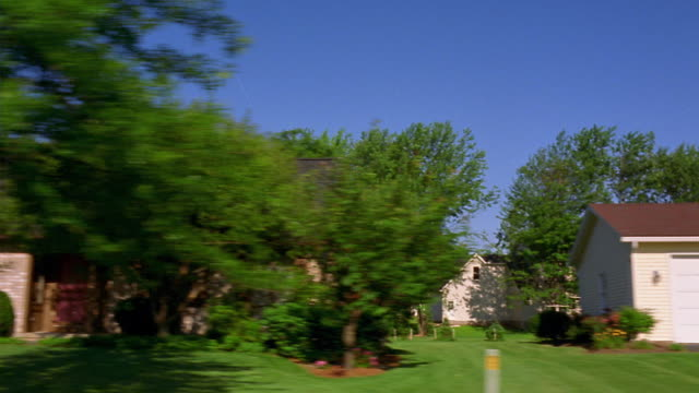 vídeos de stock, filmes e b-roll de side car point of view driving past houses in suburban neighborhood (laurel crest dr.) - entrada para carros