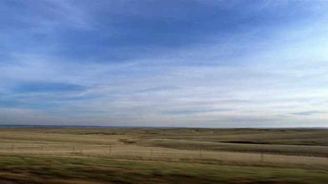 vidéos et rushes de side car point of view driving past plains / south dakota - grandes plaines américaines