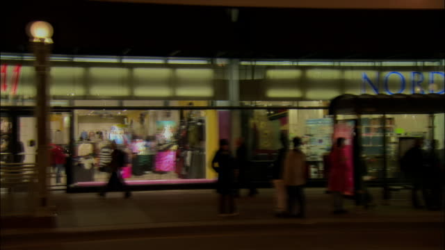 stockvideo's en b-roll-footage met side car point of view storefronts and pedestraians along michigan avenue / chicago, illinois - nordstrom