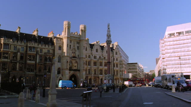 vidéos et rushes de side car point of view pan to low angle westminster abby / london, england - double decker bus