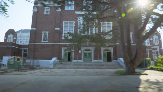 stockvideo's en b-roll-footage met side pov elementary school facade - school building