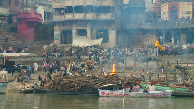 ws side pov slo mo funeral pyres on ganges ghats / varanasi, uttar pradesh, india - begräbnis stock-videos und b-roll-filmmaterial