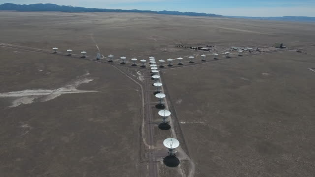 vídeos de stock, filmes e b-roll de side orbit left to right vla - drone aerial 4k new mexico, very large array antenna communication tower, many large satellite dish, discovering science and a search for alien life 4k nature/wildlife/weather drone aerial view - novo méxico