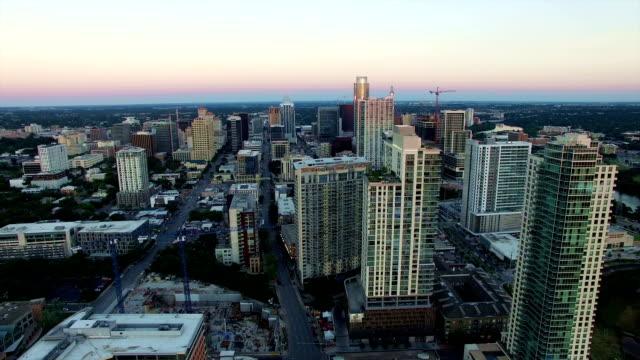 Zijaanzicht Pan in Austin Texas City skyline luchtfoto drone boven Cityscape