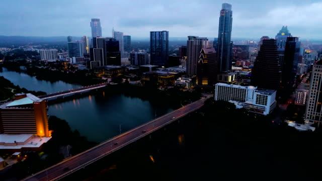 vídeos de stock e filmes b-roll de side pan across the downtown skyline cityscape at night - town