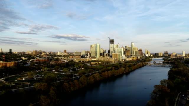 vídeos de stock e filmes b-roll de side pan across town lake austin texas usa sunset downtown skyline cityscape - town