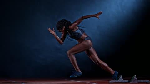 vídeos y material grabado en eventos de stock de slo mo ts side shot of a female african-american sprinter starting - pasatiempos
