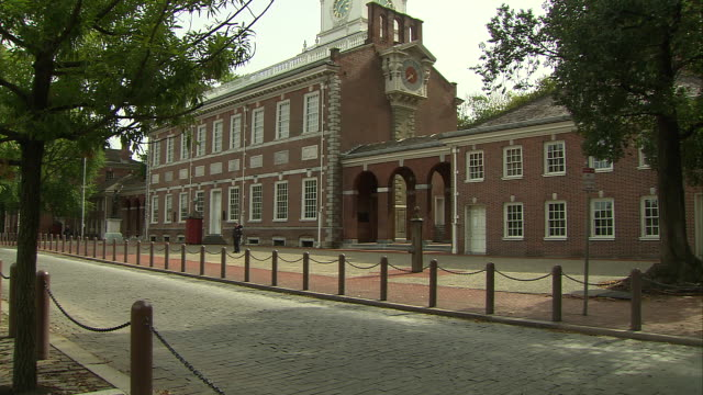 side shot of independence hall in philadelphia, pennsylvania. - independence hall stock videos & royalty-free footage