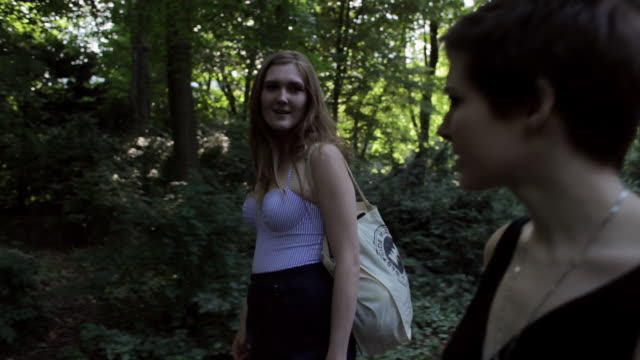 "vidéos et rushes de ""ms side pov shot of two young women walking and talking in park / berlin, germany"" - seulement des jeunes femmes"