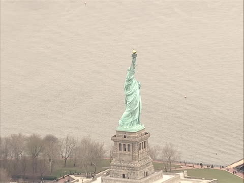 vidéos et rushes de side ms of torch to zoom out to ews of statue of liberty/liberty island with - war in afghanistan: 2001 present
